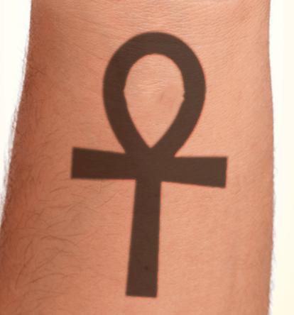 tatuaje de una cruz egipcia en el brazo