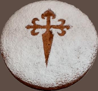 Tarta de Santiago que tiene representada una cruz de santiago en el centro